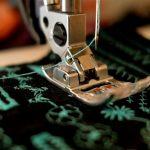 linha na agulha da maquina de costura