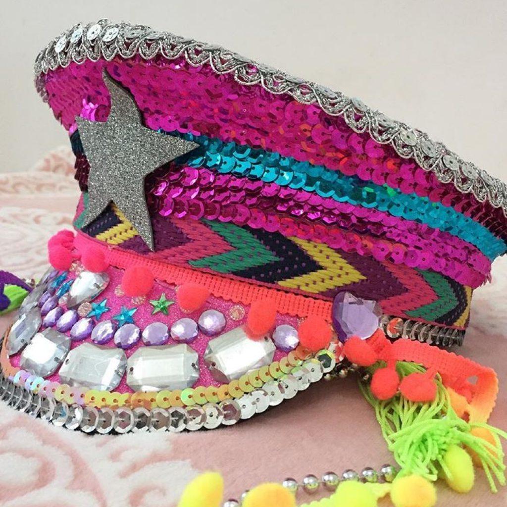 quepe decorado para carnaval com fitas de lantejoulas e paetes, sinaninhas, pompom e pedras coladas.